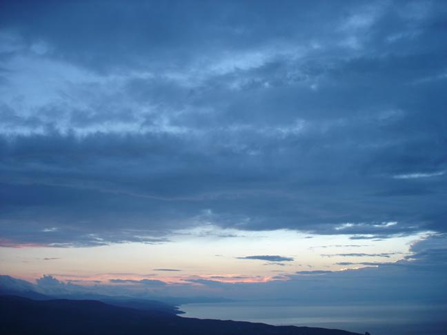 Го учит стратегии. Состояние неба. В этом походе я провел четыре ночи на голой вершине скалы. Я смотрел на небо засыпая, смотрел просыпаясь ночью, смотрел сквозь сон. Мне не хотелось снимать, но я сделал пять фотографий. Перед Вами одна из этих пяти