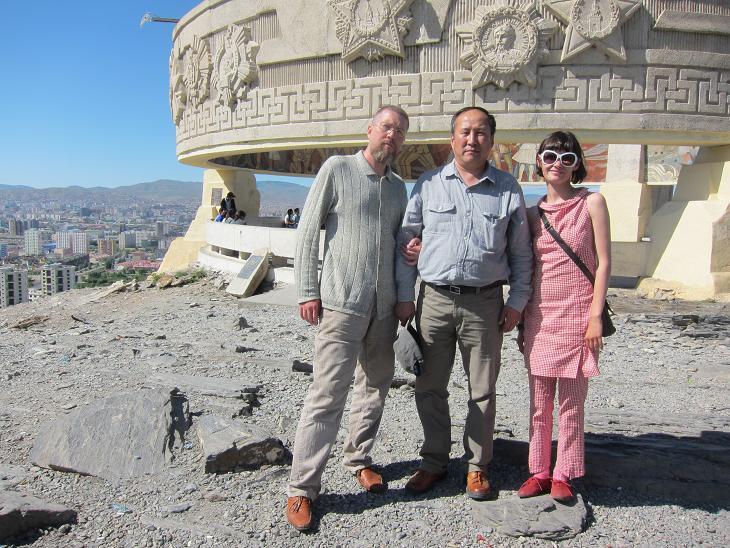 А затем Президент Ассоциации интеллектуальных игр Монголии товарищ Тумурбатор Делег отвёз нас на гору Зайсан, где в советское время был построен величественный обелиск советскому воину