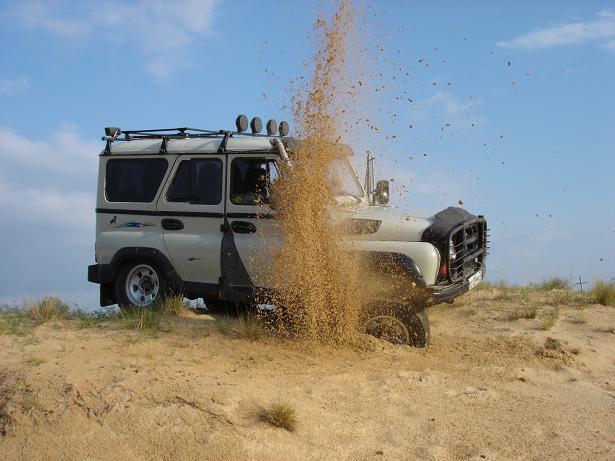 Движение. Песчанный гейзер из-под колес. Через секунгду меня запорошит прямо с фотоаппаратом. Сосновка, Чебоксары, авуст 2005