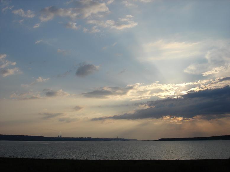 Го подобно воде... Мы гнали на большой скорости и конечно говорили о Го. Дима сказал - надо выйти, какой цвет, какое небо. Вышли, получилось такое вот фото. Миша прдложил название. Стихия Го, стихия воды. Волга, фото с а азиатского берега. Вид на город Чебоксары, август 2005