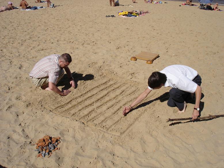 Просто расчерти поле на песке, собери камни и играй в Го.Для игры нужно расчерченное игровое поле и камни двух цветов, г. Чебоксары, городской пляж, 2005 год