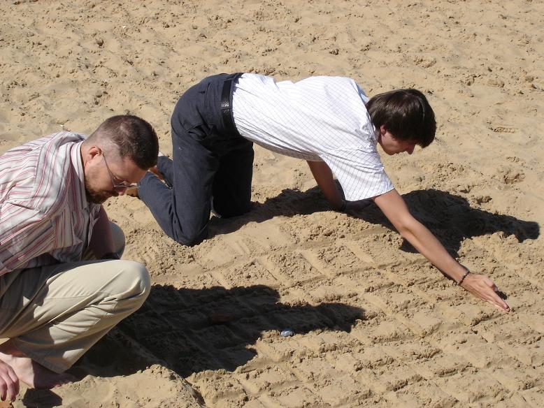 Для игры нужно расчерченное игровое поле и камни двух цветов. Первыми ходят черные, затем ходы делают по очереди, г. Чебоксары, городскй пляж, 2005 год