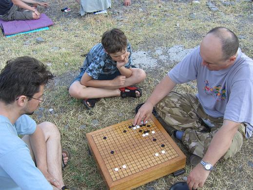 Го2 - это Го на берегу моря. Нам больше не нужны спертые залы, где люди томятся от желания выиграть у другого и от страха проиграть самому. Есть Го. Это - свободное красивое увлечение. На фото гобан Крымской федерации Го. Он установлен на берегу, чтобы люди могли просто играть в Го. Рыбачье, Крым, 2005 год