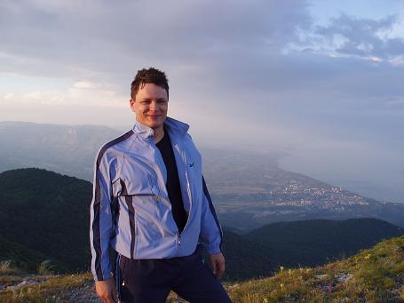 Человек счастлив. Этого достаточно. Состояние счастья передается другим людям. Крым, плато Бабуган, Куш-Кая, 2005 год