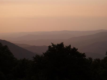 Го учит нас видеть свет. Этот свет источают горы перед восходом солнца. Он идет из ниоткуда. Им светится наша земля. Земля нашей любви. Она большая, наша земля. Горы идут волнами. Такими же волнами идет сквозь нас любовь. Мы не знаем что такое любовь, но можем чувствовать волны - они поднимают и опускают. И наше сердце качается на них...