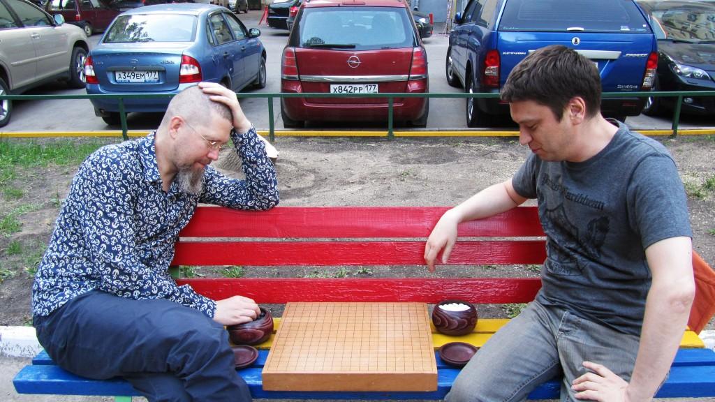 Игорь Гришин и Руслан Дмитриев перед пустой доской в непустом дворе на Парке Победы